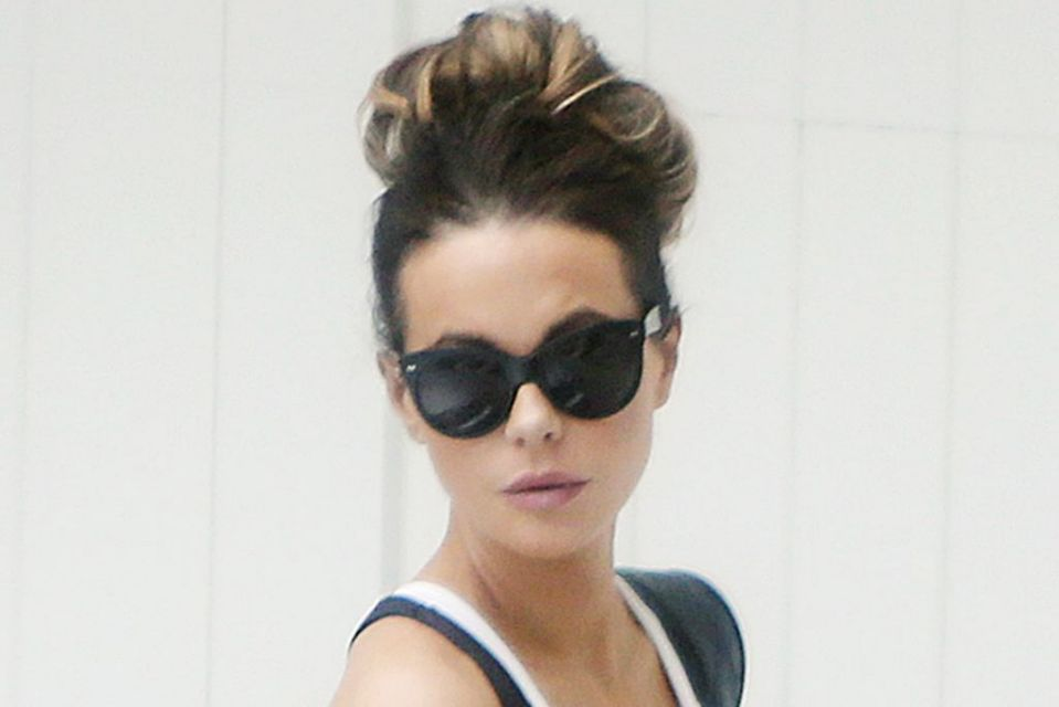 kate beckinsale unconventionally matches her bikini to 5 inch gold platform sandals yahoo lifestyle